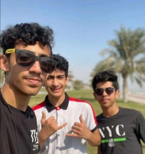 الشبان الثلاثة قبيل وقوع الحادثة حين كانوا في شاطئ الغدير القريب من موقع الحادثة المؤسفة.