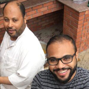 الأب حسين الحصار (يسار) وابنه علي في صورة سيلفي.